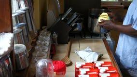 Fabricación de la sopa de mariscos de la langosta en la pizzería del mac metrajes