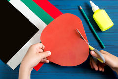 Fabricación de la tarjeta de felicitación en la forma de manzana por nuevo año escolar step Foto de archivo