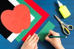 Fabricación de la tarjeta de felicitación en la forma de manzana por nuevo año escolar step Fotos de archivo