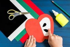 Fabricación de la tarjeta de felicitación en la forma de manzana por nuevo año escolar step Imágenes de archivo libres de regalías