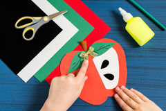 Fabricación de la tarjeta de felicitación en la forma de manzana por nuevo año escolar step Imagenes de archivo