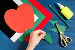 Fabricación de la tarjeta de felicitación en la forma de manzana por nuevo año escolar step Imagen de archivo libre de regalías
