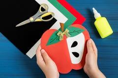 Fabricación de la tarjeta de felicitación en la forma de manzana por nuevo año escolar step Imagen de archivo