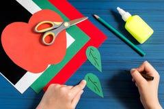 Fabricación de la tarjeta de felicitación en la forma de manzana por nuevo año escolar step Fotos de archivo libres de regalías