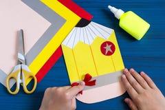 Fabricación de la tarjeta de felicitación por nuevo año escolar Paso 9 Imagen de archivo libre de regalías