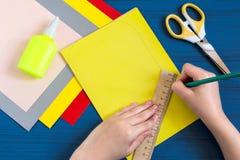 Fabricación de la tarjeta de felicitación por nuevo año escolar Paso 3 Foto de archivo libre de regalías