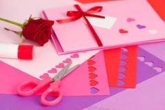 Fabricación de la tarjeta del día de San Valentín Imágenes de archivo libres de regalías