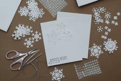Fabricación de la tarjeta de felicitación de la Navidad con los copos de nieve Adornamiento hecho a mano con los copos de nieve d Foto de archivo libre de regalías