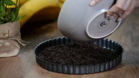 Fabricación de la tarta dulce de las migas de las galletas del chocolate almacen de metraje de vídeo