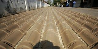 Fabricación de la teja de tejado Imágenes de archivo libres de regalías