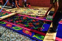 Fabricación de las alfombras procesionales de la semana santa, Antigua, Guatemala Imágenes de archivo libres de regalías
