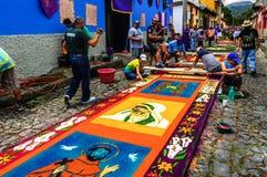 Fabricación de las alfombras procesionales de la semana santa, Antigua, Guatemala Fotografía de archivo