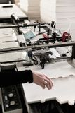 Fabricación de las cajas en transportador Foto de archivo