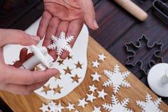 Fabricación de las decoraciones de la masilla de la confitería en la forma de estrellas y fotografía de archivo libre de regalías
