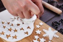 Fabricación de las decoraciones de la masilla de la confitería en la forma de estrellas y imagen de archivo libre de regalías