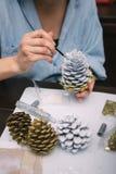 Fabricación de las decoraciones para la Navidad Imagen de archivo