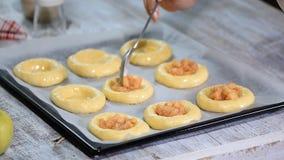 Fabricación de las empanadas abiertas hechas en casa con la manzana Vatrushka, empanada de la manzana - hornada rusa tradicional metrajes