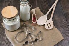 Fabricación de las galletas de azúcar hechas en casa Cortadores de la galleta y herramientas de la cocina Imagen de archivo