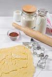 Fabricación de las galletas de azúcar hechas en casa en una variedad de formas Desarrolle la pasta Corte las figuras Fotos de archivo