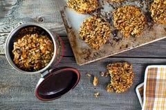 Fabricación de las galletas de harina de avena sanas Foto de archivo