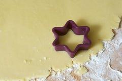 Fabricación de las galletas de la Navidad Foto de archivo libre de regalías