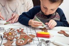 Fabricación de las galletas de la Navidad Imagenes de archivo