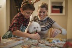 Fabricación de las galletas de la Navidad con la momia Fotografía de archivo