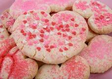 Fabricación de las galletas de la tarjeta del día de San Valentín imagen de archivo libre de regalías