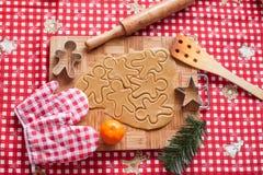 Fabricación de las galletas del hombre de pan de jengibre y de la Navidad Fotografía de archivo libre de regalías