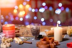 Fabricación de las galletas del jengibre en la Navidad Foto de archivo