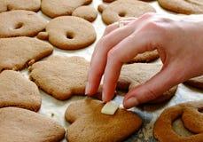 Fabricación de las galletas del pan de jengibre para la Navidad Fotos de archivo libres de regalías