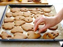 Fabricación de las galletas del pan de jengibre para la Navidad Foto de archivo