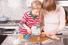 Fabricación de las galletas en el tiempo de la Navidad Fotografía de archivo