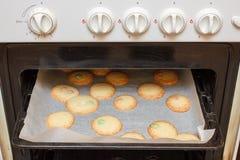 Fabricación de las galletas en una estufa Imágenes de archivo libres de regalías