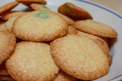 Fabricación de las galletas en una estufa Foto de archivo