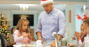 Fabricación de las galletas de la Navidad con el papá almacen de video