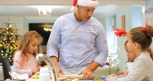 Fabricación de las galletas de la Navidad con el papá metrajes