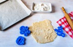 Fabricación de las galletas para Halloween y la acción de gracias Fotos de archivo libres de regalías