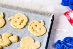 Fabricación de las galletas para Halloween y la acción de gracias Fotos de archivo