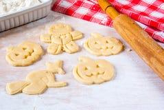 Fabricación de las galletas para Halloween y la acción de gracias Fotografía de archivo