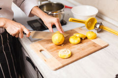 Fabricación de las natillas en la cocina casera Fotografía de archivo