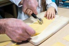 Fabricación de las pastas italianas para la Navidad fotografía de archivo