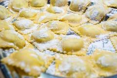 Fabricación de las pastas italianas para la Navidad imagen de archivo