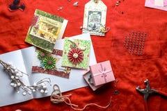 Fabricación de las tarjetas de los Años Nuevos de Scrapbooking Imagenes de archivo