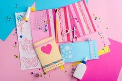 Fabricación de las tarjetas de felicitación lindas fotografía de archivo