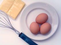 Fabricación de las tortillas de huevos foto de archivo