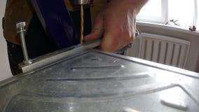 Fabricación de los agujeros en un producto de metal con un taladro metrajes