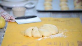 Fabricación de los bollos Pasta en la tabla Amase la pasta Manos que arreglan el pan para el horno en una panadería En la panader almacen de metraje de vídeo