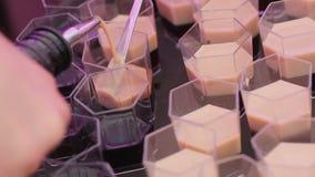 Fabricación de los cócteles del café Macro almacen de metraje de vídeo