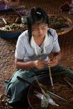 Fabricación de los cigarros manually.InnLake, Inle, Birmania, Myanmar, 9 de septiembre de 2012. Fotos de archivo libres de regalías